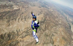 Luke Aikins created a new record by diving from 25, 000 feet without parachute