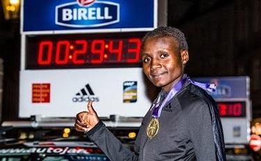 Joyciline Jepkosgei smashes 10 km road world record